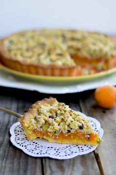 Crostata con albicocche e crumble di pistacchi