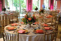 Tavoli con decorazioni sull'arancio per il ricevimento di matrimonio. Trova qui la tua location>> http://www.lemienozze.it/operatori-matrimonio/luoghi_per_il_ricevimento/