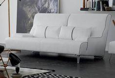 Двухместный диван в кожаной обивке с металлическими ножками.