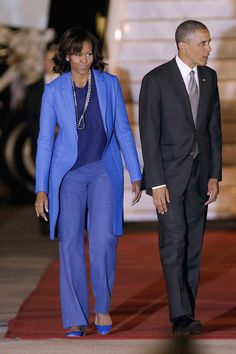 The President Barack Obama and first lady Michelle Obama are in South Africa as the second leg of their three country tour of Africa and arrived from Senegal-----pinned by Annacabella Michelle Obama Photos, Michelle Obama Fashion, Michelle And Barack Obama, Presidente Obama, American First Ladies, American Women, American History, Native American, First Black President