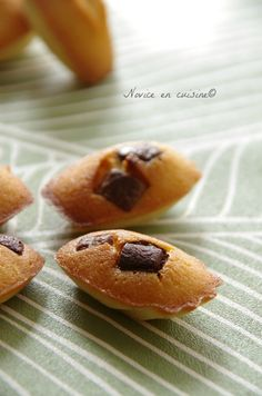 Minis madeleines bergamote et pépites de chocolat dans empreintes minis madeleines Mini Madeleines, Biscuits, French Kitchen, Doughnut, Muffin, Breakfast, Grands Parents, Sweet, Desserts