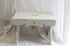 Skøn romantisk skammel fået Old White og sandpapir for at give det slidt look og vokset det.