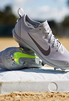 Your fastpitch favorite is back! Play in complete comfort with the Nike Hyperdiamond 2 Elite.