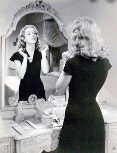 I always wondered what the back of doos look like! Hollywood Images, Old Hollywood Style, Hollywood Star, Hollywood Glamour, Hollywood Actresses, 40s Hairstyles, Vintage Hairstyles, Hair Doo, European Girls