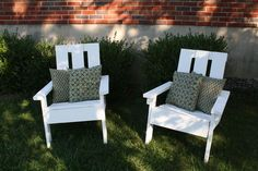 super simple instructions to build these chairs out of pallets.