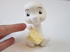 You just can't seperate a mouse from his cheese! Learn how to create this little dude from sugarpaste, and easily change him into a rabbit or bear just by cha