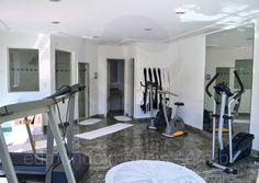 A planta do piso térreo possui ainda um lavabo e a sala de ginástica, equipada com esteiras, bicicletas ergométricas e uma estação com pesos livres.