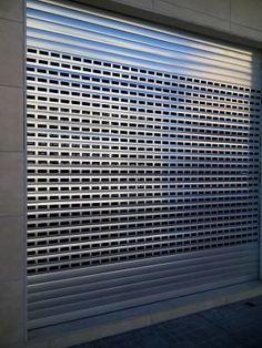 Instalación de puertas y persianas de exterior troqueladas Barcelona