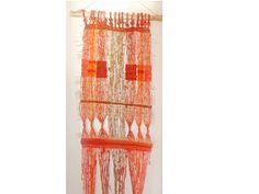 Su tamaño es de 1.57 * 58 cm, confeccionado con lana y fibras naturales, en telar mapuche.