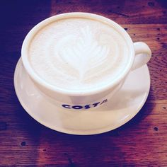 Zamienione w mleczną pianę. #kawa #kawiarnia #kawazmlekiem #czasnakawę #coffee #coffelove #coffeetime #costacoffee #flatwhite #niedziela #sunday #relaks