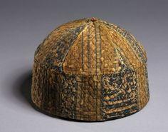 """Cap con fasce larghe, 1300 Egitto, periodo mamelucco, seta 14 ° secolo su fibre liberiane; lampassi tessono, trapuntato, stratificato, complesso - h: 11.50 w: 17.20 d: 17,20 centimetri (h: 4 1/2 w: 6 3/4 d: 6 3/4 pollici). Cleveland Museum of Art 1950.510 Sembra identico a quello etichettato come """"Cairo Museo"""" - è l'altro tag sbagliato, o era quello venduto a Cleveland, o sono loro 2 caps quasi identici?"""