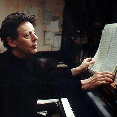 Филип Гласс родился и вырос в семье евреев-иммигрантов из Литвы. Отец был владельцем магазина граммпластинок, что, несомненно, пробудило любовь к музыке с самых ранних лет.   Слушать: http://itop.fm/genres/8-instrumentyi/772-philip-glass/
