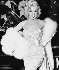"""Marilyn at the premiere of """"How To Marry a Millionaire"""", November ★ Marilyn Monroe ♡ Old Hollywood ★ Old Hollywood Glamour, Vintage Glamour, Vintage Hollywood, Classic Hollywood, Old Hollywood Dress, Marilyn Monroe Old, Marilyn Monroe Wedding, Marilyn Monroe Makeup, Divas"""