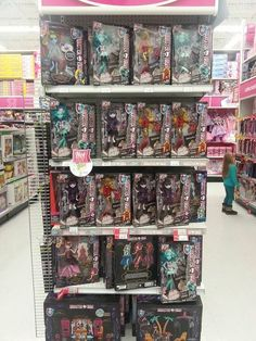 In a Toys R Us! New Monster High Dolls, New Dolls, Toys R Us, Group Photos, News, Group Shots