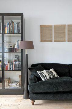 Den svarte skinnsofaen er et familieklenodium. Eierens gudmor, som nå er 101 år gammel, fikk den i bryllupsgave. Serien på veggen er fra Paper Artist Denmark.