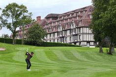L'Hôtel est situé au bord du prestigieux Golf Barrière de Deauville (18 et 9 trous).  http://www.lucienbarriere.com/fr/hotel-luxe/Deauville-Hotel-du-Golf-Barriere/leisuredetails.aspx?LeisureCode=DEAHG_GOLFS