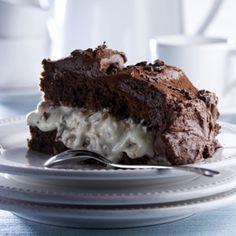 Suklaamoussekakku Valmista kakkupohja edellisenä päivänä. Sulata voi ja suklaa. Sekoita jauhot, perunajauhot,vaniljasokeri ja leivinjauhe keskenään. Voitele ja korppujauhota tasapohjainen kakkuvuoka (vetoisuusnoin 2 l). Kuumenna uuni 200asteeseen. Vaahdota huoneenlämpöiset munat ja sokeri kestäväksi vaahdoksi. Seulo jauhoseos siivilän läpi munavaahtoon. Sekoita suklaa varovasti joukkoon. Kaada seos voideltuun ja korppujauhotettuun kakkuvuokaan ja paista 200-asteisessa uunissa noin 40…