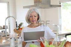 femmes matures: Portrait de femme supérieur en cuisine