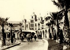 My Love Of Old Hollywood The main entrance of the Beverly Hills Hotel in 1920 which was accessible via automobile, horseback and by trolley. Vintage Hollywood, Classic Hollywood, In Hollywood, Beverly Hills Hotel, The Beverly, California History, Southern California, California Style, American Mansions