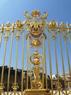 PARTAGE DE MARCUS  ARDO........SUR FACEBOOK..........Parc :      La pièce d'eau des Suisses,     Le Grand Canal,     Les Trianons.  Six structures subsidiaires sont situées aux alentours du château de Versailles comptent dans l'histoire et dans l'évolution du château : la Ménagerie, le Trianon de porcelaine, le Grand Trianon – dit également Trianon de Marbre, le Petit Trianon, le hameau de la Reine et le pavillon de la Lanterne........
