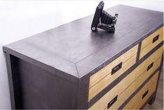 Commode bois après peinture Factory effet métal de Maison Déco. Pour un effet contemporain, seul le châssis du meuble est repeint, les tiroirs sont laissés bruts.