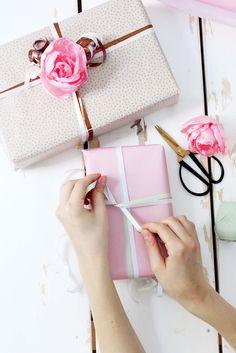 Kreative Geschenkverpackungen für Weihnachten oder Geburtstag. Ich zeige dir, wie du Geschenke mit selbst gemachten Stoffblumen kreativ verpacken kannst!