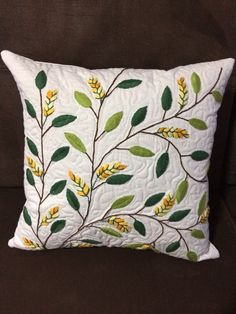 Cushion Embroidery, Hand Embroidery Flowers, Hand Work Embroidery, Embroidered Cushions, Hand Embroidery Patterns, Embroidery Stitches, Floral Bedspread, White Decorative Pillows, Cloth Pads