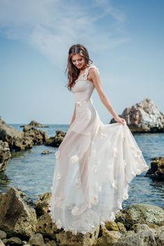 Nezvyčajné svadobné šaty zdobené kvietkami na jedno ramienko Jasmine 50b7b9cc2c3