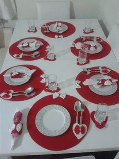 Best 9 Dress up your Christmas table decorations with this easy Christmas craft. Christmas Table Settings, Wedding Table Settings, Christmas Bunting, Red Christmas, Felt Coasters, Wedding Coasters, Crochet Table Runner, Mug Rugs, Valentine Decorations
