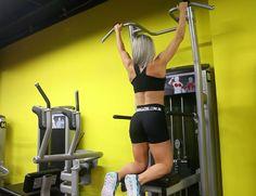 Barra Pronada no Graviton. Grupos musculares: Costas, Antebraço, Bíceps…