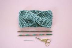 Kostenlose Strickanleitung: Stirnband mit Twist Free Knitting Pattern: Headband with Twist – Snaply Magazine Knitting For Kids, Free Knitting, Baby Knitting, Double Crochet, Crochet Baby, Knitting Stitches, Knitting Patterns, Knit Headband Pattern, Jumbo Yarn