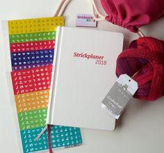 Strickplaner Deluxe Kit mit Garn, Stickern, Webetikett und Projektbeutel: https://www.strickmich-shop.de/wolle/schoppel/258/strickplaner-deluxe-kit-deutsch?c=26