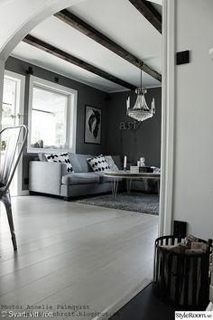 kristallkrona,vardagsrum,vedkorg,grå tygsoffa,batik kuddar