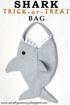 Sewing Bags Project Free pattern: Shark trick-or-treat bag - This shark bag is the perfect trick-or-treat bag to go with a pirate costume! Crystal from Stitched By Crystal has a free pattern and tutorial for making one. I'm loving the big shark mouth… Sewing Hacks, Sewing Tutorials, Sewing Crafts, Sewing Projects, Sewing Patterns, Sewing Diy, Purse Patterns, Halloween Sewing, Halloween Crafts