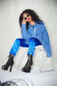 Singer H.E.R. sits down with Tiana Reid to discuss her debut full-length, home-cooked meals, and Daniel Caesar. Tiana, Black Girl Magic, Black Girls, Curly Human Hair Extensions, Tupac Pictures, Neo Soul, Famous Singers, Blue Aesthetic, Artist Aesthetic