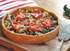 Delicious tart with kale, caramelized onions, cauliflower and roasted tomatoes in a cheddar cheese crust. Whole Food Recipes, Vegetarian Recipes, Cooking Recipes, Healthy Recipes, Healthy Food, Paleo Food, Vegan Meals, Dinner Recipes, Yummy Food