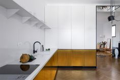 Un apartamento modernista renovado en el centro de Bucarest por Bogdan Ciocodeică Studio Apartment Interior Design, Interior Design Kitchen, Home Design, Beautiful Kitchens, Cool Kitchens, Inspiration Design, Trendy Furniture, White Countertops, Minimalist Kitchen