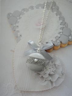 collier macaron gris avec dentelle en fimo : Collier par maemele