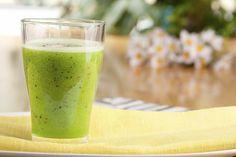 Рецепт витаминного коктейля для тех, кто решил похудеть. Киви, лимон и зелень станут незаменимыми помощниками в борьбе с лишним весом. Ингредиенты Киви (среднего размера) 1 штука петрушка 7-8 веточек мята 6-8 веточек лимон 2 кружочка (вместе с цедрой) негазированная вода 100 мл Рекомендуем к прочтению: Подливка к гречке без мяса Торт на йогурте Суп из …