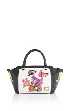 Charming leather handbag from ESCADA with a photorealistic Botanica print on a contrasting background. This bag features a zipper with a gold-colored zipper pull. The interior contains one zip-up pocket on the side and two smaller slit pockets, providing storage space for all your essentials.##Two carrying straps|Detachable shoulder strap|Gold-colored logo appliqué|Gold-colored zipper with leather details|Shoulder strap: 77 cm