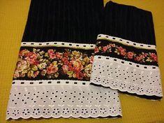 Jogo de toalhas banho/rosto, com barrado em tricoline e bordado inglês, com passa fita.