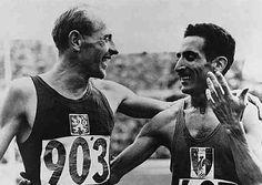 Les rivaux et amis Émile Zatopek et Alain Mimoun. Jeux olympiques de 1952, Helsinki.
