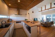 コの字形のキッチンを内装の木に併せて造作。 みんなで料理を楽しめそ~。 Open Kitchen, Kitchen Dining, Japan Interior, Natural Interior, Kitchen Interior, House Plans, Furniture Design, Sweet Home, House Design