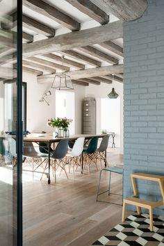 La couleur bleu gris habille les briques et donne une touche de modernité aux poutres en bois