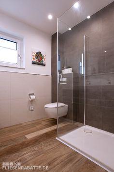 Badezimmer mit Bodenfliesen Kronos Woodside OAK und Wandfliesen Imolaceramica Betonoptik. #Badezimmer #Kronos #Imolaceramica