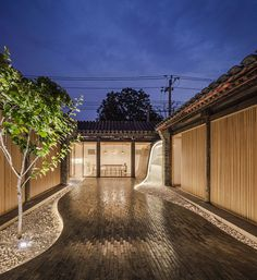 the archstudio twisting courtyard in beijing is the renovation of a siheyuan, turning it into a lively public space within the inner city. Studios Architecture, Architecture Design, Architecture Office, Futuristic Architecture, Chinese Courtyard, Ancient Chinese Architecture, Feature Tiles, Courtyard House, Design Furniture