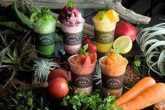 「ジョンマスターオーガニック(john masters organics)」の旗艦店「ジョンマスターオーガニック トーキョー(john masters organics TOKYO)」の「Inner Beauty Bar」にて、水を一切使用しない新感覚のかき氷が、7月27日より夏季限定で発売される。 ラインアップは全5種あり、水を一切使用せず、コールドジューサーで絞った果汁を凍らせて作った野菜のかき氷「オーガニックシェイブアイス ベジ」は、トマト、キャロットの2種。フルーツや野菜を贅沢に使用した「オーガニクシェイブアイス」は、マンゴー、ベリー、グリーンの3種で登場する。 素材は100%オーガニックの野菜やフルーツを使用しており、手軽に素材そのものの味と栄養素を摂取できるので、スイーツとしてだけでなく、食事代わりとしても良さそうだ。