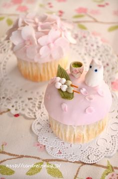 Cute cherry blossom cupcake paired with a neko (kitten) having #Tea and #Mochi. Japanese sweets are as much about being beautiful or cute as delicious.  お花見カップケーキ cherry blossom cupcake