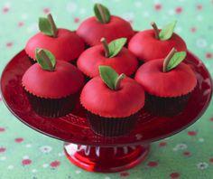 Punaiset omenakuppikakut