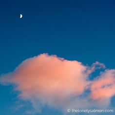 Ritornare bambini quando la Luna fa capolino al tramontar del Sole: nuvole colorate e soffici da sembrare zucchero filato.